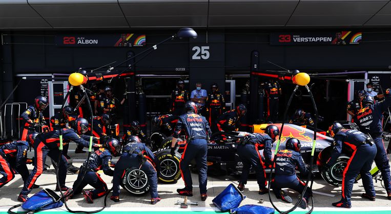 Een pitstop van Max Verstappen tijdens de race. Beeld Getty Images
