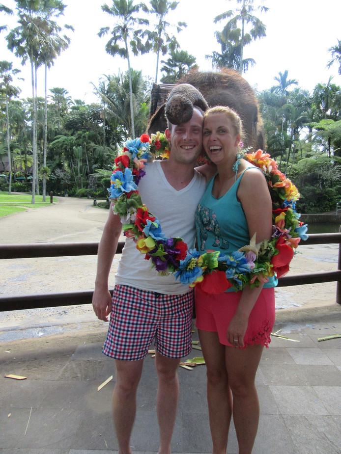 Ricardo en Jacqueline van Heeckeren werden tijdens hun huwelijksreis gefeliciteerd door olifant Ryan