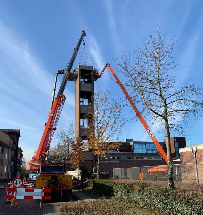 De slangentoren uit 1974 bij de brandweerkazerne in Rijen wordt grotendeels handmatig gesloopt met hulp van hoogwerkers en kranen.