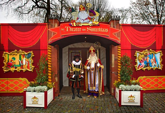 Sint en Piet voor het Theater van Sinterklaas, onderdeel van het Kasteel van Sinterklaas.