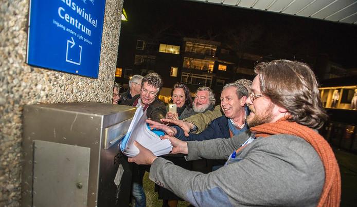 Bram van Beurden stopt de laatste handtekeningen voor het referendum in de brievenbus.