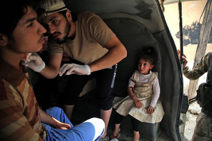 Gewonden worden behandeld in de grensstad Tal Abyad die vorige week werd ingenomen door pro-Turkse milities.