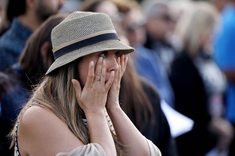 Een vrouw veegt haar tranen weg tijdens de herdenkingsceremonie.
