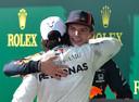Max Verstappen wordt omhelst door Lewis Hamilton