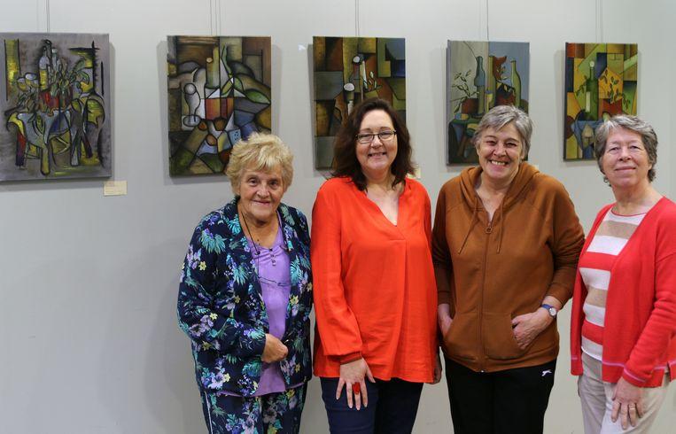 Hermina Vaes, Lesley De Ridder, Monique Voet (de oprichter van 't Palet) en Rita De Ridder bij enkele werken.