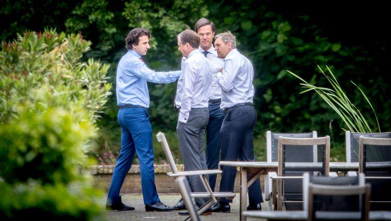 Klaver, Pechtold, Rutte en Buma in de tuin van het Catshuis. Beeld ANP