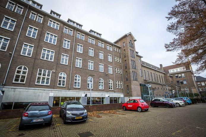 Exterieur van Maastricht University, waar het onderwijs weer hervat wordt. De universiteit kampte met een cyberaanval, waarop de computersystemen offline gehaald werden.