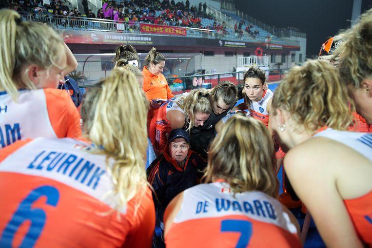 Coach Alyson Annan spreekt haar team toe tijdens de wedstrijd tegen Australië in Changzhou, China. Beeld Getty Images for FIH