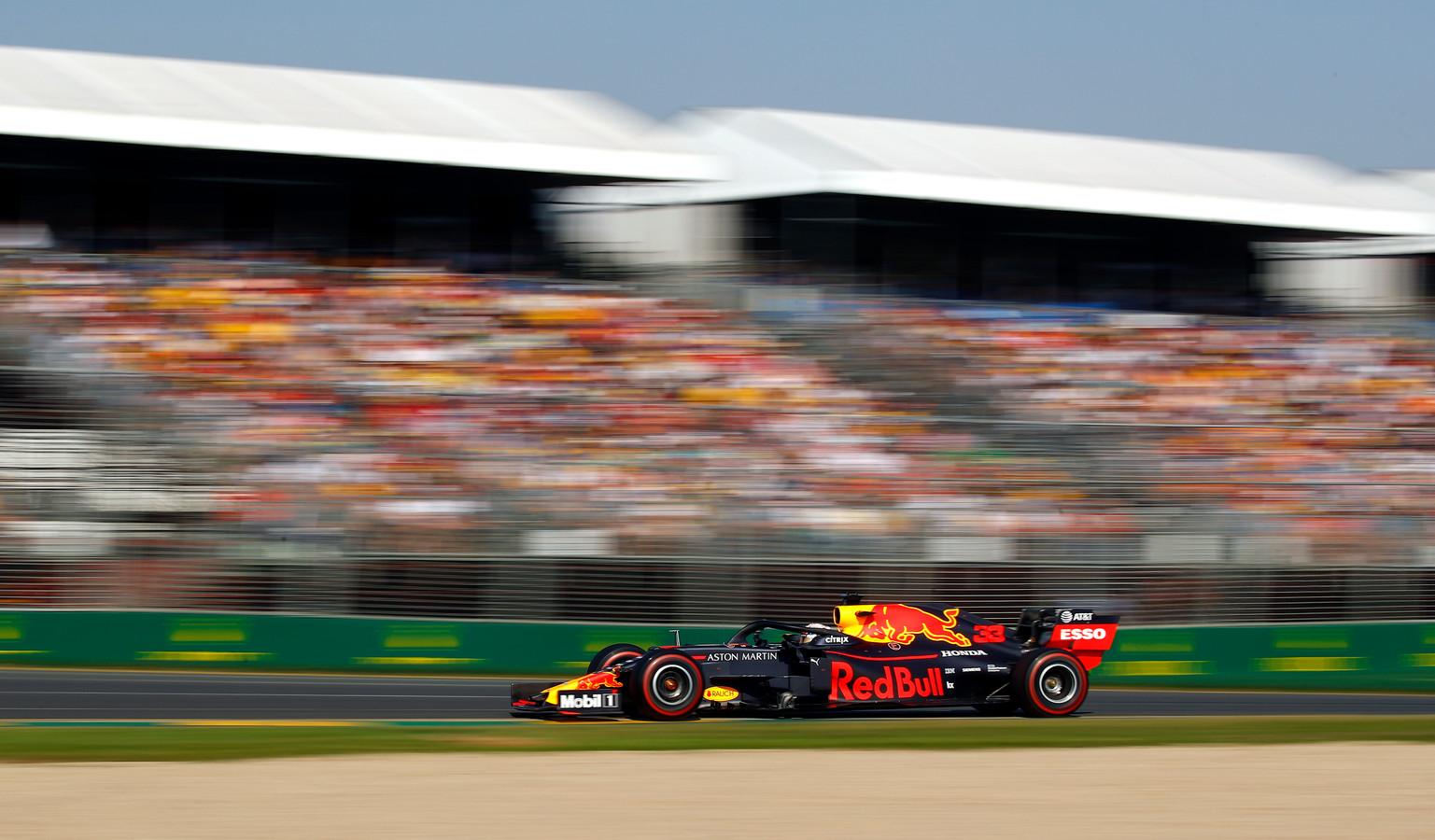 Max Verstappen racet langs volle tribunes in Melbourne in 2019.