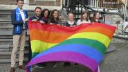 Regenboogvlag voor verdraagzaamheid gehesen aan stadhuis