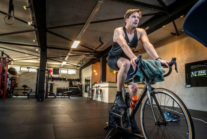 Bob van Rutte is bezig aan het onderdeel fietsen (negentig kilometer). ,,Dit is zwaarder dan op de weg.'