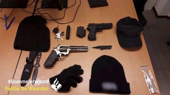 De wapens die de jongeren in de auto hadden liggen.