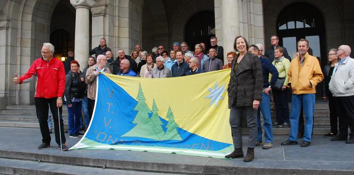 Volkstuinders op de stoep van het stadhuis.