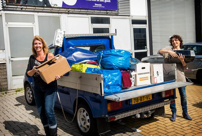 Martine (donkere krullen) en Jasmijn deden de 30 dagen challenge, waarbij ze elke dag 1 artikel meer wegdeden tot op de laatste dag 30. Vandaag brengen ze alles naar de kringloopwinkel in Schiedam.