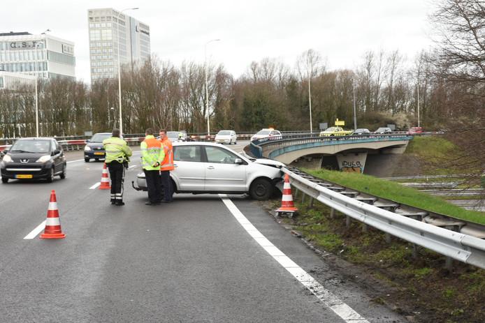 Twee auto's zijn vanmiddag op elkaar geklapt op knooppunt Rijnsweerd bij Utrecht. Niemand raakte gewond, maar de schade aan de auto's is aanzienlijk.