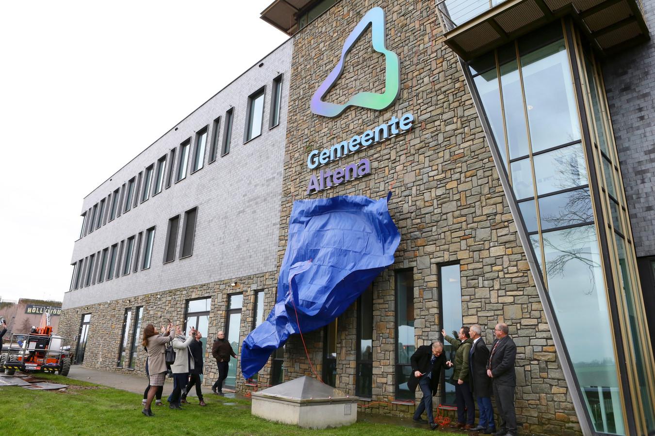 De onthulling van het logo van Altena op het gemeentehuis in Almkerk, in de voormalige Rabobank.