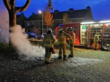 Brandweer blust berg afval met brandblusser bij gebrek aan water door defecte pomp