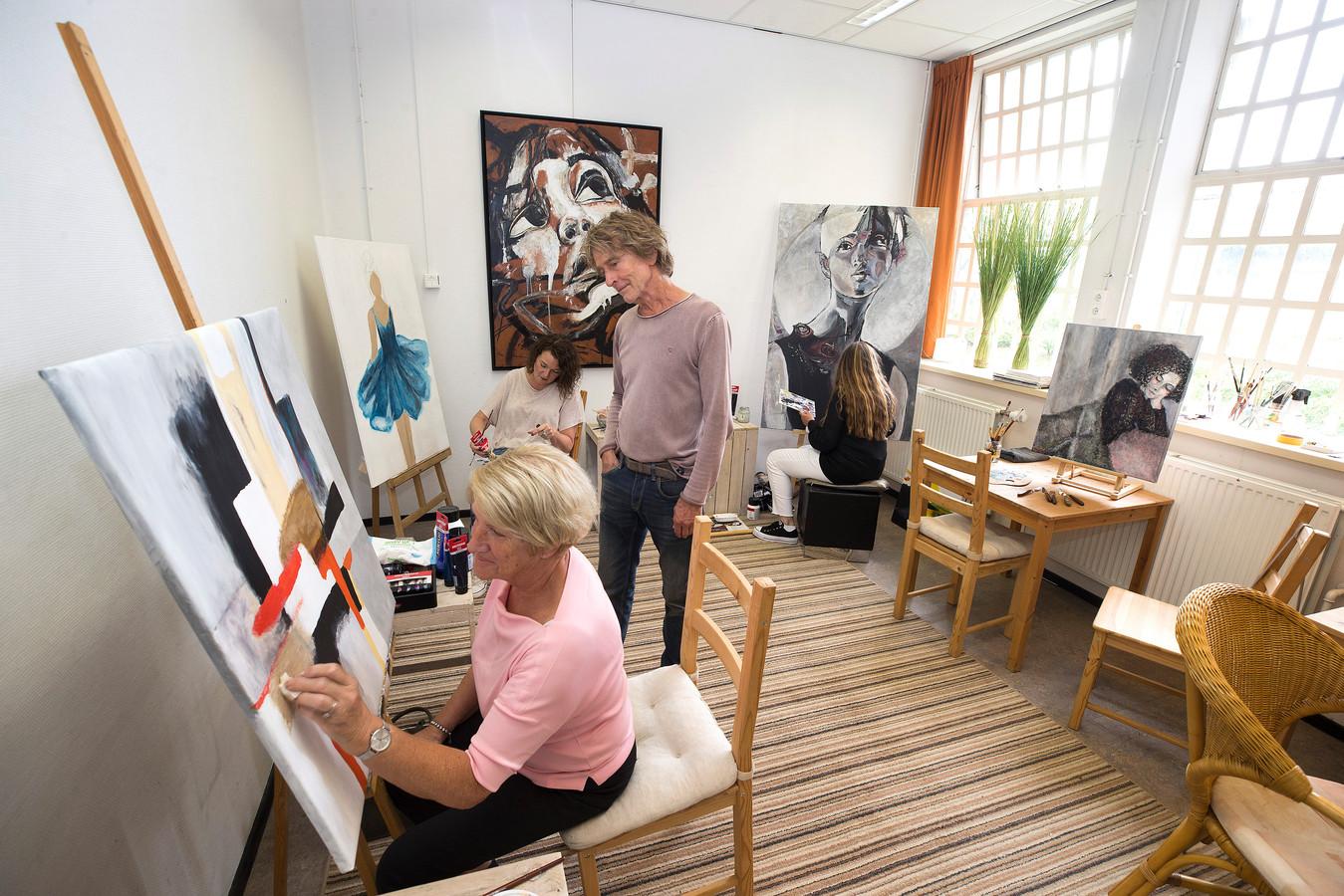 André Lamers tijdens een schilderles.