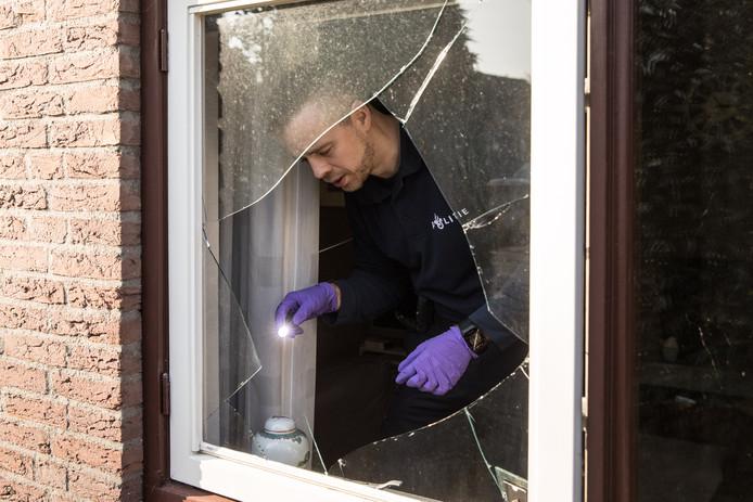 Een agent controleert een woning na een inbraak. In 2018 waren er in de zogeheten 'donkere dagen' 16 inbraken minder dan in dezelfde periode vorig jaar.