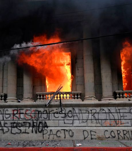 Demonstranten steken parlement Guatemala in brand