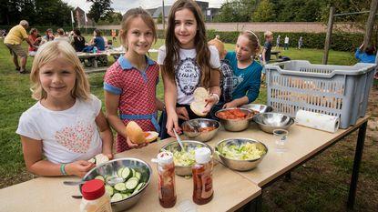 Kinderen smullen van barbecue