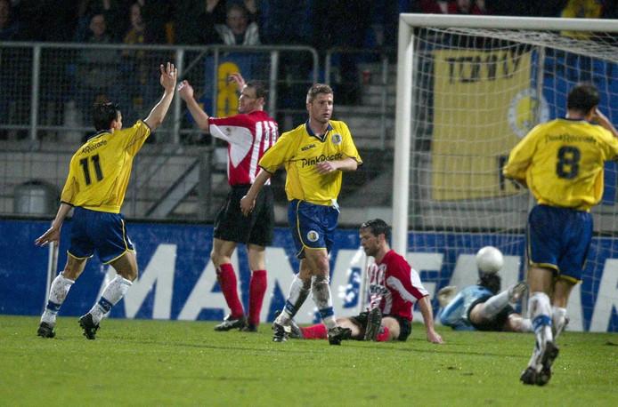 Rick Hoogendorp (m) scoort de 1-0 voor RKC tegen PSV in 2002. RKC zou die wedstrijd met 2-1 winnen.