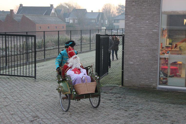 De Sint maakte zijn intrede in een riksja.
