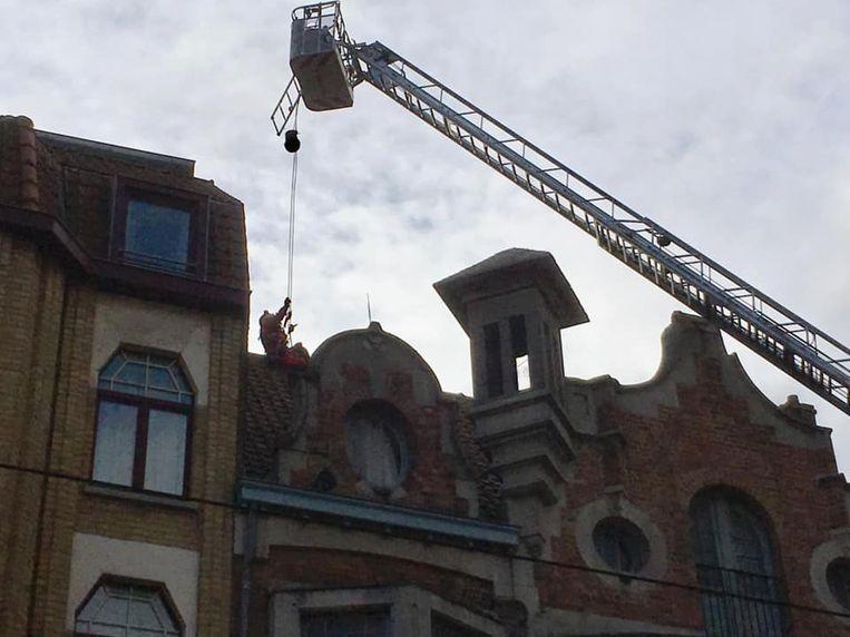 De brandweer moest de schouw beveiligen.