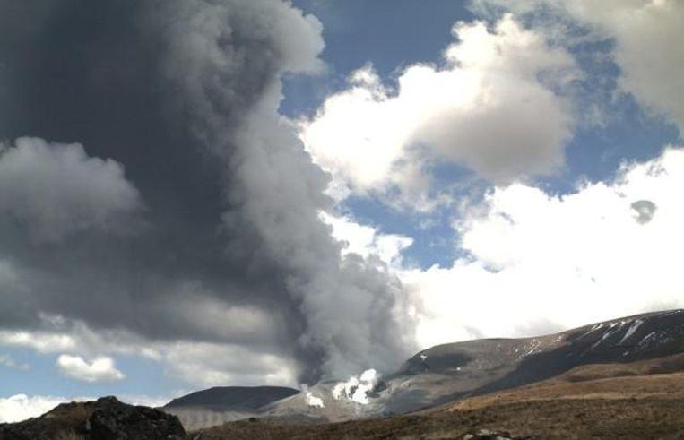 De Te Maari-krater van Mount Tongariro woensdag aan het begin van de uitbarsting. Beeld GeoNet