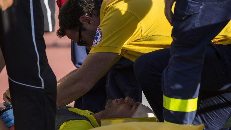 Het titelduel werd stilgelegd nadat APOEL-Verdediger Claudiano Bezerra da Silva, kortweg Kaka, in de dug-out geraakt werd door vuurwerk.