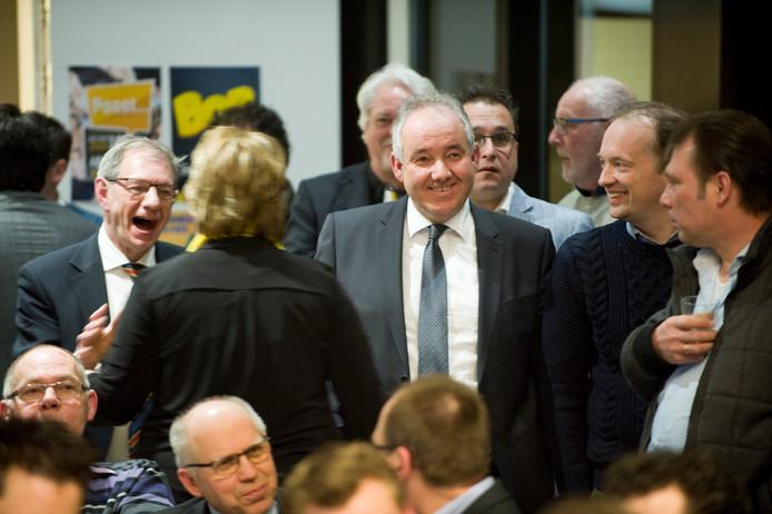 Wie wordt de nieuwe collega van SGP-wethouder Nees van Wolfswinkel (centraal op foto)?