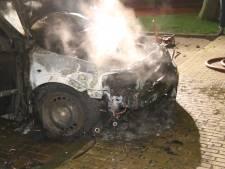 Bewoners opgeschrikt door harde knal: auto staat in lichterlaaie