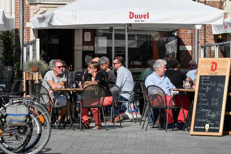 Overvolle terrassen op de Grote Markt van Dendermonde.
