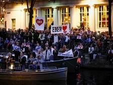 Amsterdam applaudisseert en huilt voor zieke Van der Laan