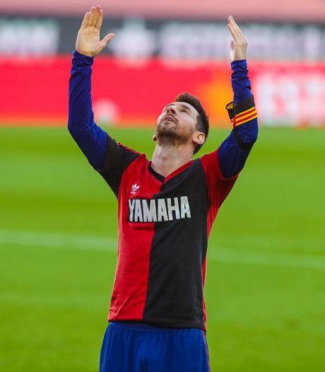 Messi eert Maradona met prachtige goal en toont shirt Newell's Old Boys