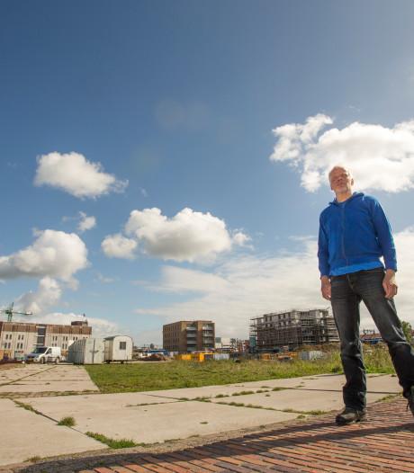 Fietsend of wandelend langs de IJssel van voorstelling naar voorstelling tijdens festival Oeverloos in Zutphen