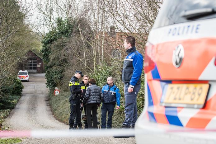 De politie doet een inval bij het huis van het bejaarde echtpaar uit Hagestein.