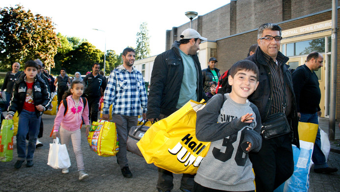 Vluchtelingen komen in oktober aan bij sporthal Schuilenburg.