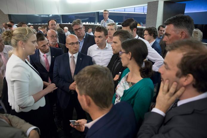 Den Bosch, landbouw discussie over de veestapel in Brabant met veel boeren en tegenstanders van het mestbeleid op het provinciehuis.