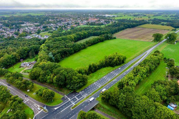Op deze weilanden langs de N35 wil Han Oortwijn een zonnepark van 6,2 hectare laten ontwikkelen. Als het aan  buurman Henk van der Wal ligt, wordt alleen het stuk weiland vlakbij het kruispunt (op deze foto op de voorgrond) gebruikt.