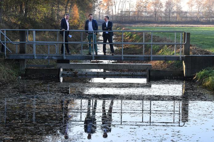 Ernst de Groot, Jos Kruit & en Lambert Verheijen van waterschap Aa en Maas bij een van de stuwen in het Peelkanaal bij Landhorst.