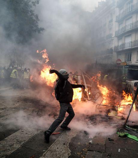 Traangas en autobranden in Parijs: 'Deze regering wil maar niet naar ons luisteren'