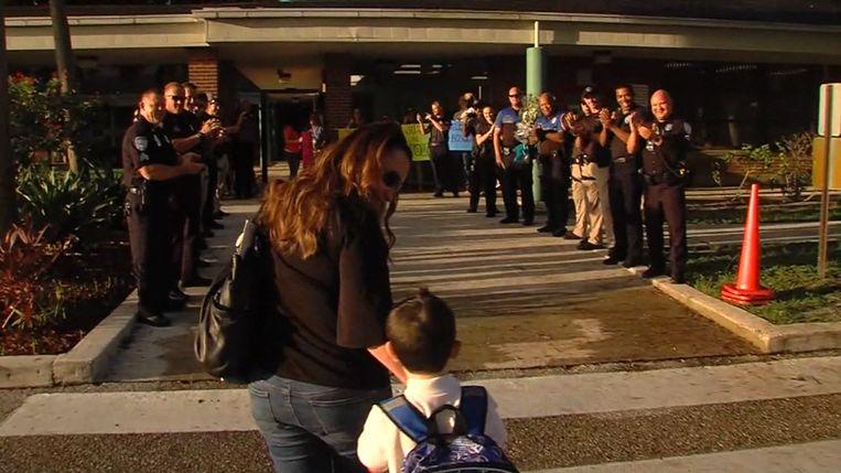 Politie moedigt jongen aan voor eerste schooldag