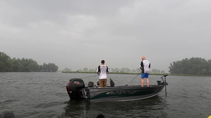 Sportvissers in actie bij de Biesbosch tijdens de Predatortour 2018m een wedstrijd in mei. De hobbyhengelaars mogen voorlopig blijven vissen op schubvissen zoals snoekbaars, voorn en brasem.
