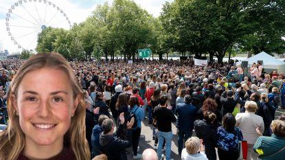 """15.000 deelnemers voor stille mars na moord op Julie: """"Hopelijk is mars duidelijk signaal naar beleid"""""""