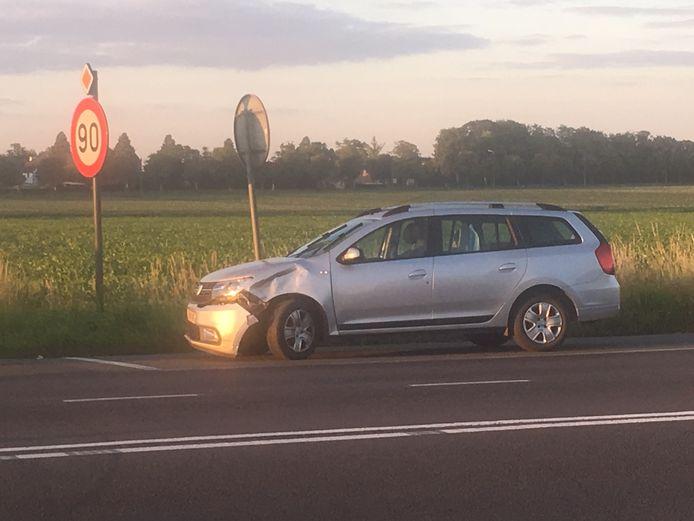 De motorrijder botste met een Dacia Logan.