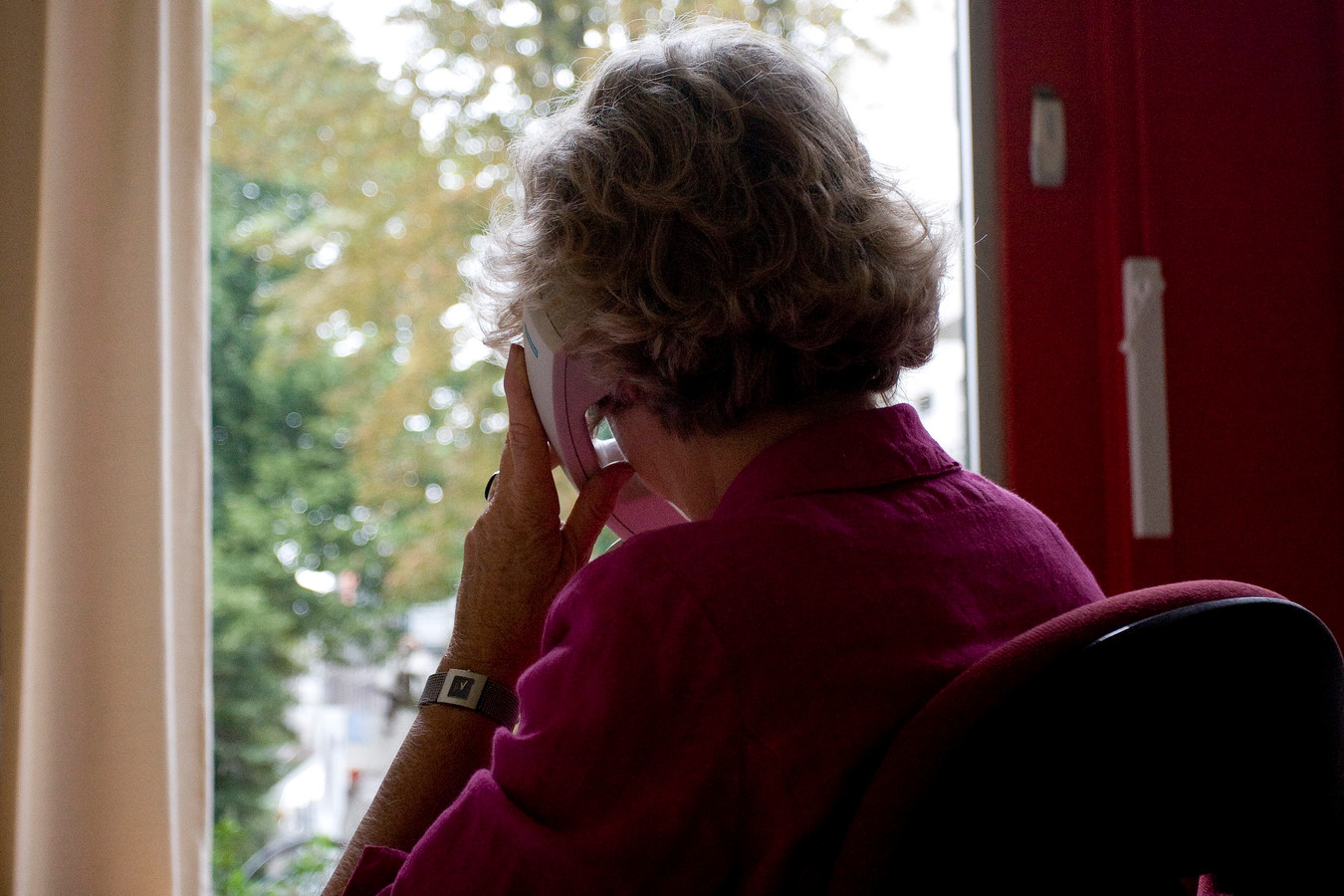 """Het aantal mensen dat een beroep doet op de luisterlijn van Sensoor stijgt. """"Vaker bellen mensen die eenzaam zijn."""""""