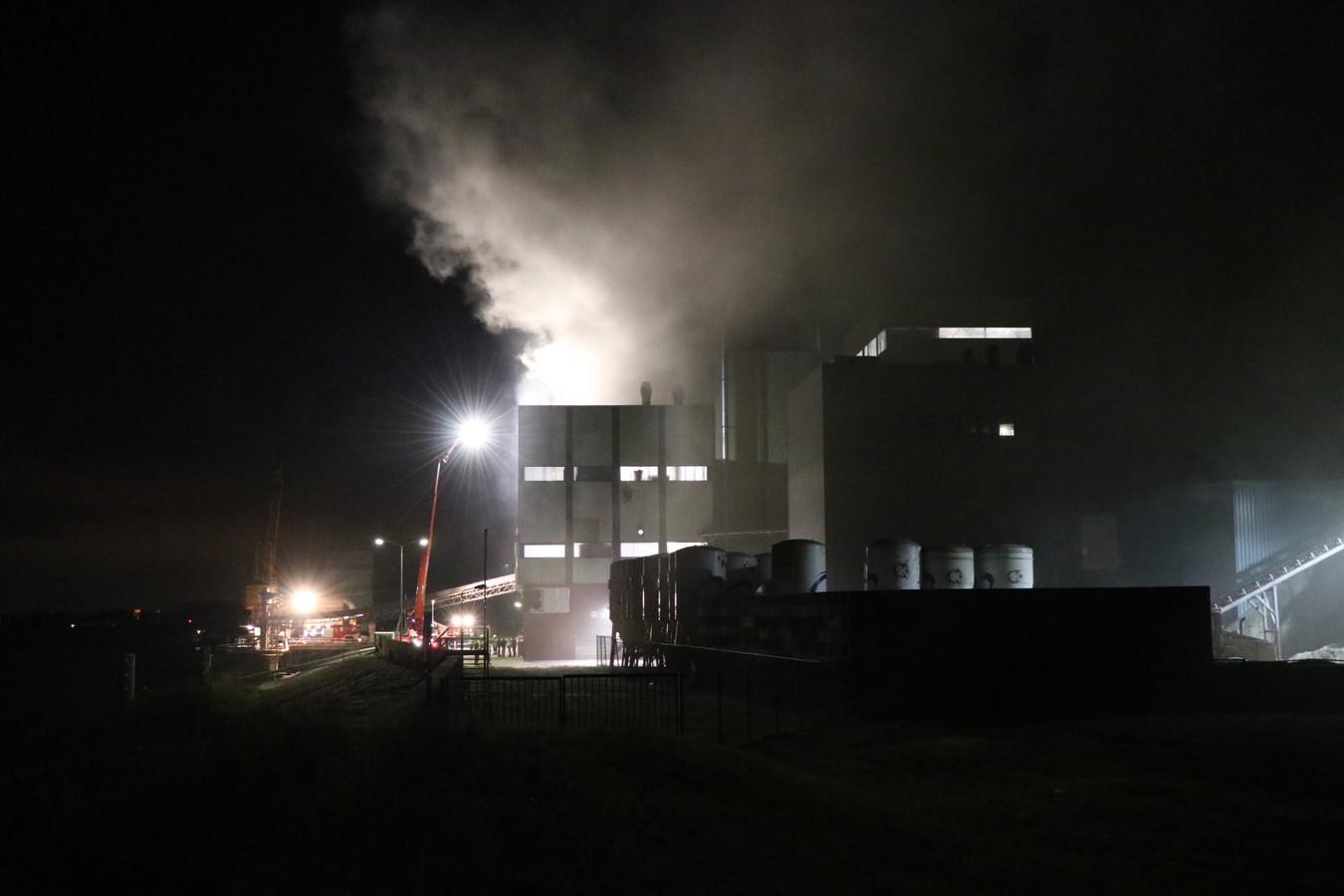 Brand bij diervoederfabrikant in Poederoijen