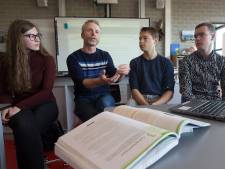 Digitaal onderwijs rukt op, maar het schoolboek laat zich niet verslaan