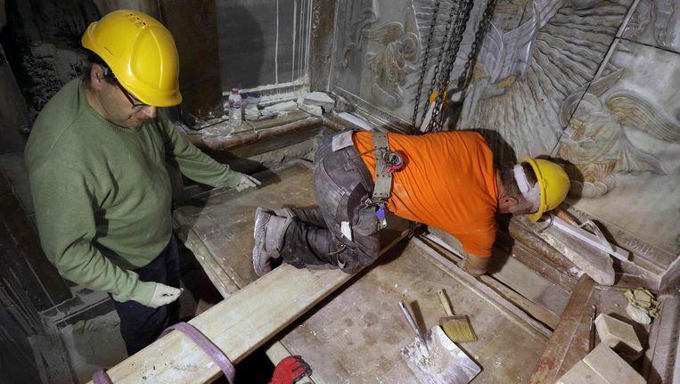 Griekse deskundigen leggen in de Heilige Grafkerk in Jeruzalem de steen terug op het graf waar Jezus zou hebben gelegen, 28 oktober 2016. Beeld afp